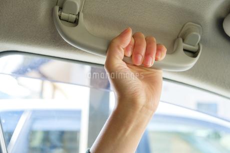 助手席のグリップを握る女性の手の写真素材 [FYI02910711]