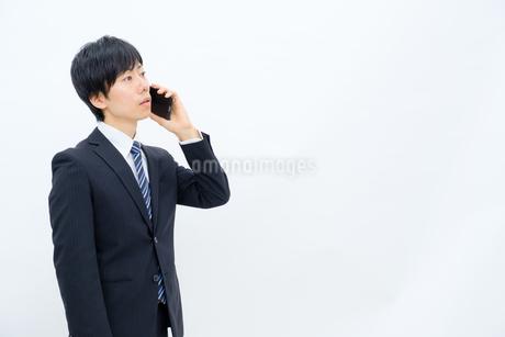 スマホを操作するビジネスマンの写真素材 [FYI02910745]