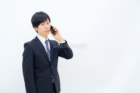 スマホで話すビジネスマンの写真素材 [FYI02910748]
