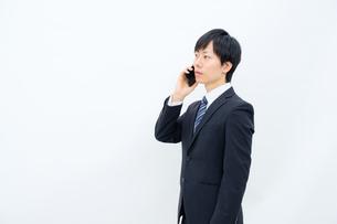 スマホで話すビジネスマンの写真素材 [FYI02910749]