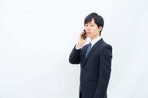 スマホで話すビジネスマンの写真素材 [FYI02910750]