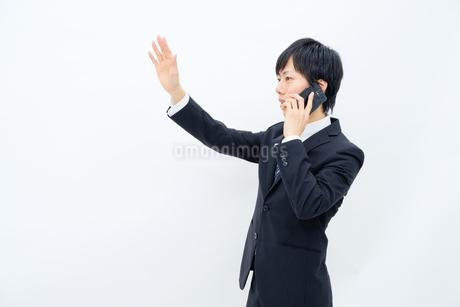 スマホで話すビジネスマンの写真素材 [FYI02910751]
