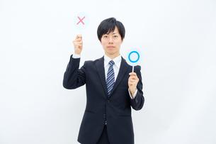 NGマークを出すビジネスマンの写真素材 [FYI02910752]