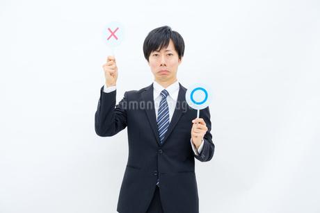 NGマークを出すビジネスマンの写真素材 [FYI02910753]