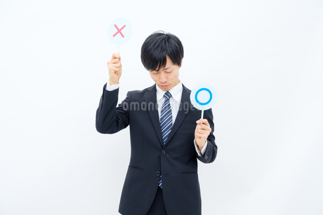 NGマークを出すビジネスマンの写真素材 [FYI02910754]