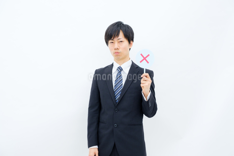 NGマークを出すビジネスマンの写真素材 [FYI02910758]