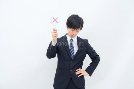 NGマークを出すビジネスマンの写真素材 [FYI02910760]