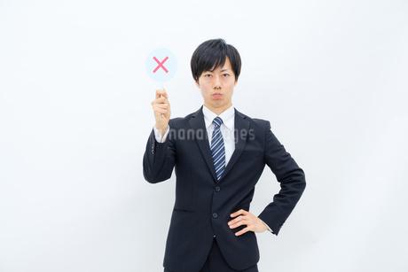 NGマークを出すビジネスマンの写真素材 [FYI02910761]