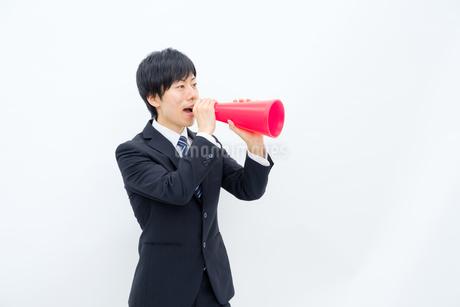 メガホンで声を出すビジネスマンの写真素材 [FYI02910762]