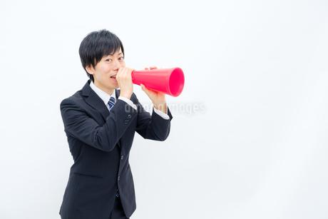 メガホンで声を出すビジネスマンの写真素材 [FYI02910763]