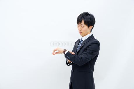 腕時計を確認するビジネスマンの写真素材 [FYI02910764]