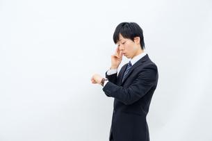 腕時計を確認するビジネスマンの写真素材 [FYI02910765]