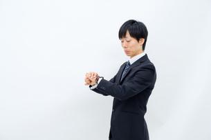 腕時計を確認するビジネスマンの写真素材 [FYI02910766]