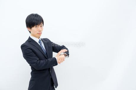 腕時計を確認するビジネスマンの写真素材 [FYI02910769]
