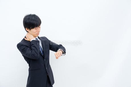 腕時計を確認するビジネスマンの写真素材 [FYI02910771]