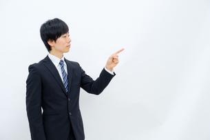指さしをするビジネスマンの写真素材 [FYI02910772]