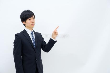 指さしをするビジネスマンの写真素材 [FYI02910773]