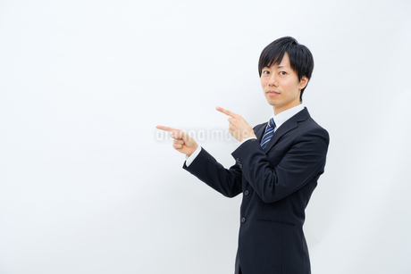 指さしをするビジネスマンの写真素材 [FYI02910777]