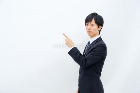 指さしをするビジネスマンの写真素材 [FYI02910778]