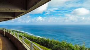 沖縄久米島、比屋定バンタ(崖)展望台からの絶景の写真素材 [FYI02910784]