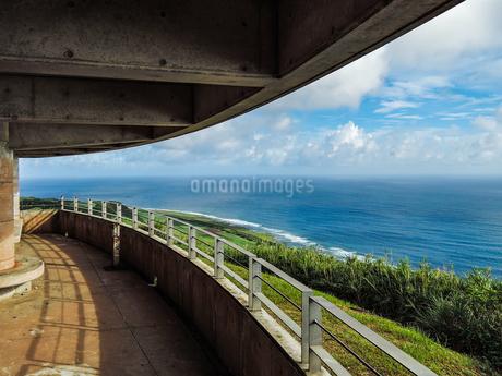沖縄久米島、比屋定バンタ(崖)展望台からの絶景の写真素材 [FYI02910785]
