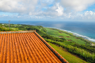 沖縄久米島、比屋定バンタ(崖)展望台からの絶景の写真素材 [FYI02910787]