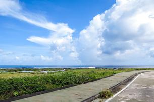 久米島のパワースポット「ミーフガー」近くの海岸/久米島(沖縄県)の観光名所や絶景ポイントの写真素材 [FYI02910820]