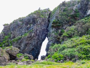 久米島のパワースポット「ミーフガー」/久米島(沖縄県)の観光名所や絶景ポイントの写真素材 [FYI02910822]