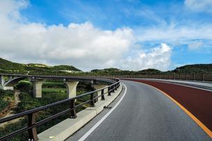てぃーだ橋・つむぎ橋からの絶景 久米島(沖縄県)の観光名所や絶景ポイントの写真素材 [FYI02910858]