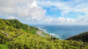 沖縄久米島、比屋定バンタ(崖)からの絶景の写真素材 [FYI02910862]