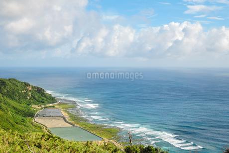沖縄久米島、比屋定バンタ(崖)からの絶景の写真素材 [FYI02910864]