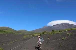 《富士山》御殿場口より二ツ塚、宝永山、笠雲に隠れる富士山頂の写真素材 [FYI02912830]