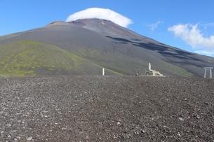 《富士山》二ツ塚下塚より宝永山、笠雲かかる頂上を見る1の写真素材 [FYI02912832]