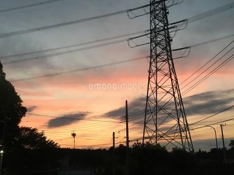 夕焼けの鉄塔 ②の写真素材 [FYI02912838]