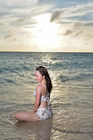 宮古島/夕景のビーチでポートレート撮影の写真素材 [FYI02912863]