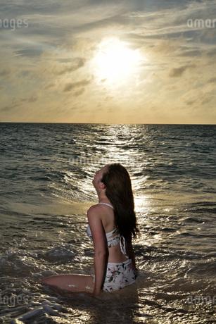 宮古島/夕景のビーチでポートレート撮影の写真素材 [FYI02912867]