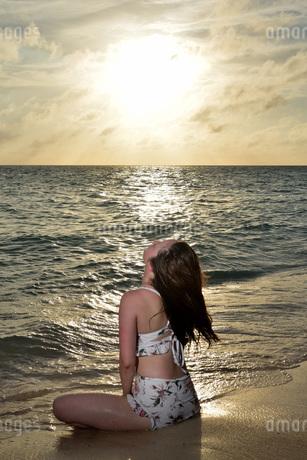 宮古島/夕景のビーチでポートレート撮影の写真素材 [FYI02912870]