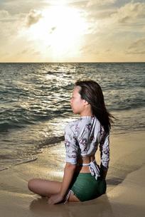 宮古島/夕景のビーチでポートレート撮影の写真素材 [FYI02912874]