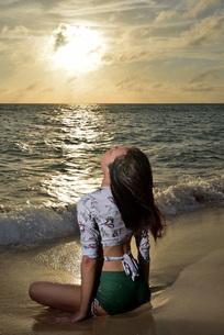 宮古島/夕景のビーチでポートレート撮影の写真素材 [FYI02912875]