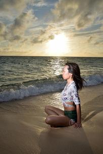 宮古島/夕景のビーチでポートレート撮影の写真素材 [FYI02912878]