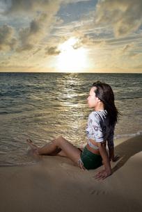 宮古島/夕景のビーチでポートレート撮影の写真素材 [FYI02912879]