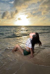 宮古島/夕景のビーチでポートレート撮影の写真素材 [FYI02912880]