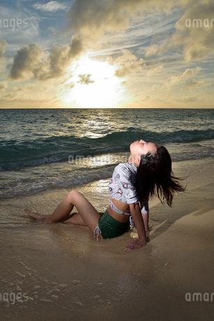 宮古島/夕景のビーチでポートレート撮影の写真素材 [FYI02912881]