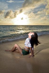 宮古島/夕景のビーチでポートレート撮影の写真素材 [FYI02912882]