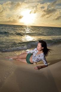 宮古島/夕景のビーチでポートレート撮影の写真素材 [FYI02912886]