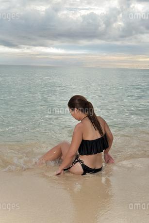 宮古島/ビーチでポートレート撮影の写真素材 [FYI02912893]