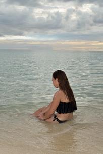 宮古島/ビーチでポートレート撮影の写真素材 [FYI02912898]
