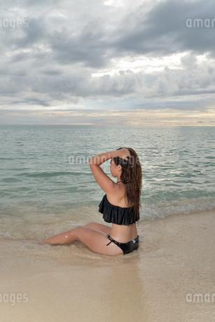 宮古島/ビーチでポートレート撮影の写真素材 [FYI02912901]