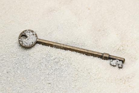砂に埋もれた鍵の写真素材 [FYI02912939]