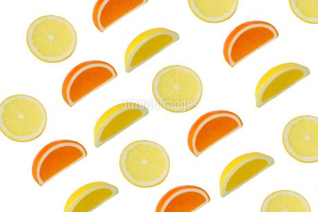 カットしたオレンジとレモンの背景画像の写真素材 [FYI02912941]